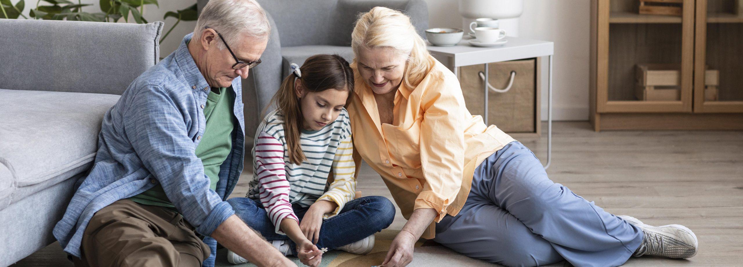 abuelos y niño haciendo un puzzle